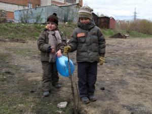 дети посадили дерево