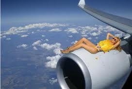 стюардеса на крыле самолета