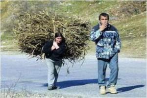 женщина и мужик несут вязанку
