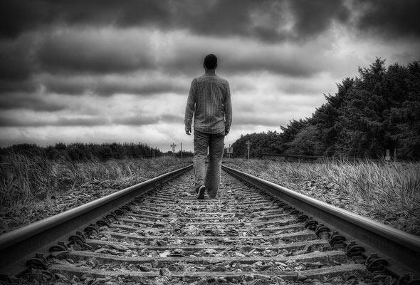 Человек на железной дороге