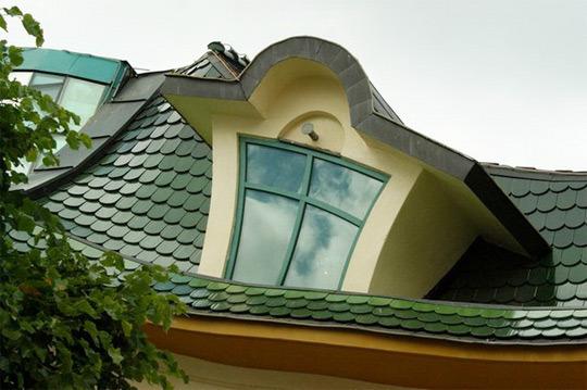 Кривая крыша дома